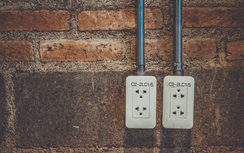 在墙壁上的用电供应插座 库存图片