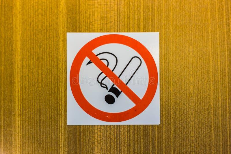 在墙壁上的禁烟标志 免版税图库摄影