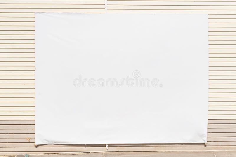 在墙壁上的空白的广告牌和长木凳在空的大厅里,假装  库存图片