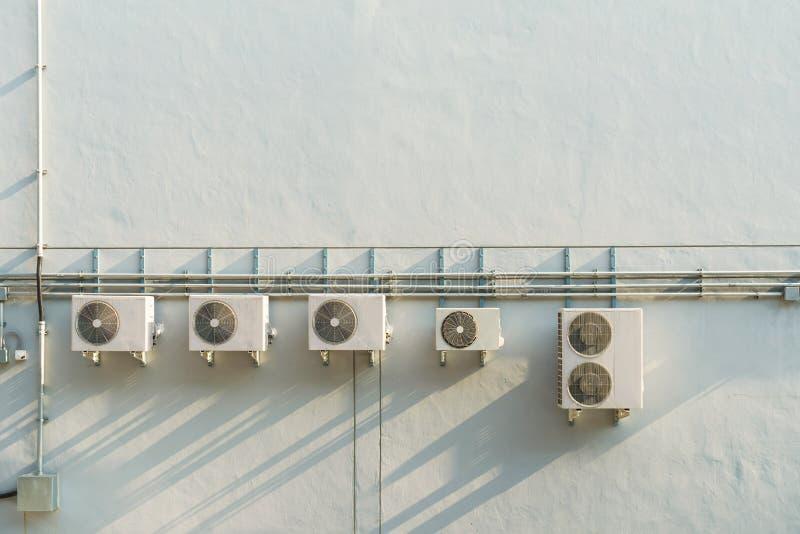 在墙壁上的空调压缩机 免版税库存图片