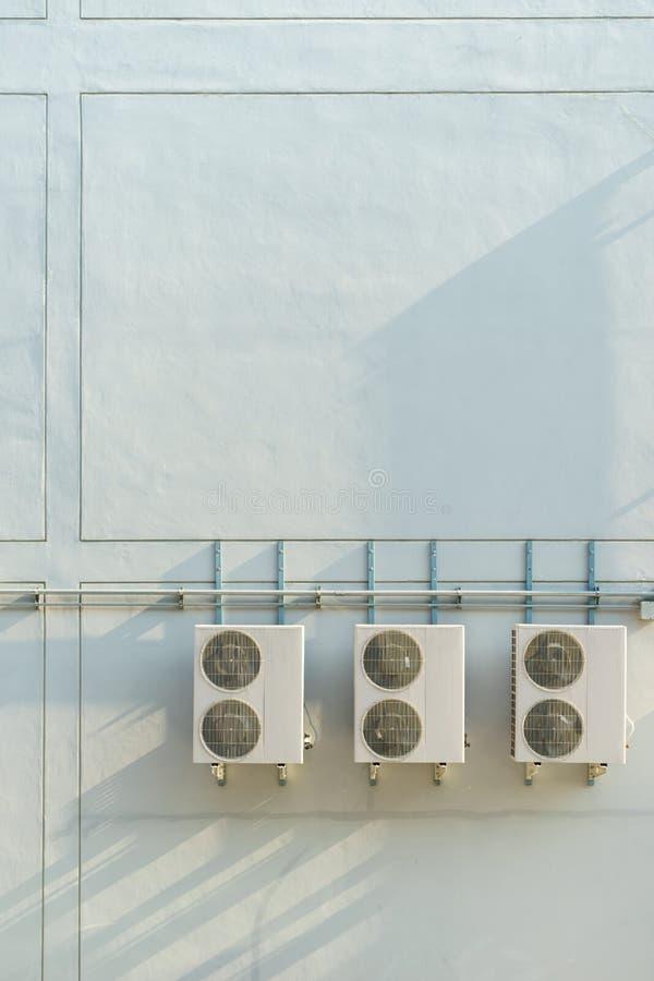 在墙壁上的空调压缩机 库存照片