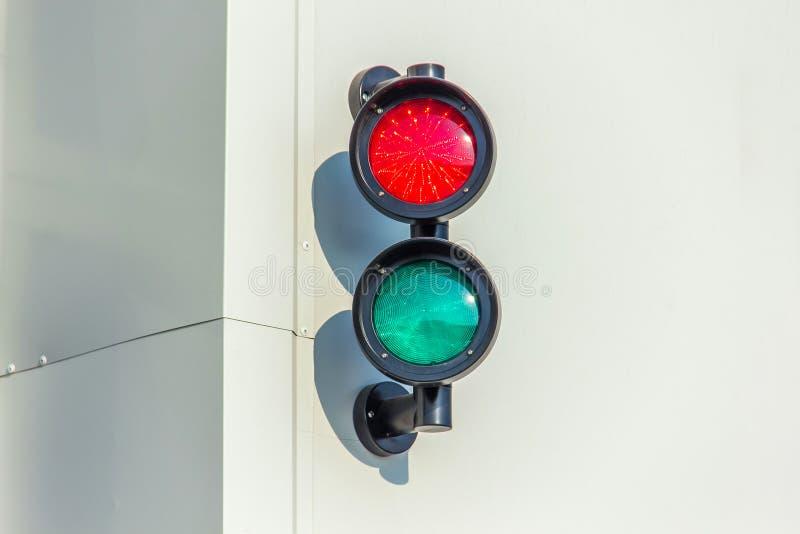 在墙壁上的红色和绿色红灯 库存照片