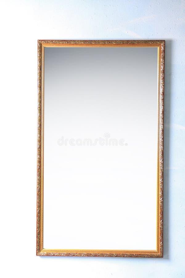 在墙壁上的美丽的大镜子 库存图片