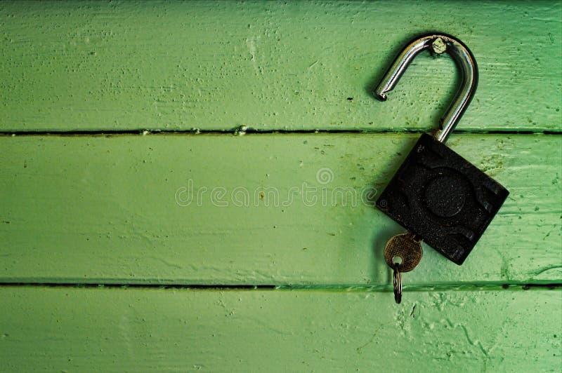 在墙壁上的老挂锁 库存图片