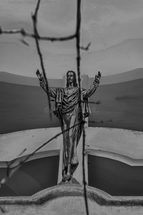 在墙壁上的耶稣雕象 图库摄影