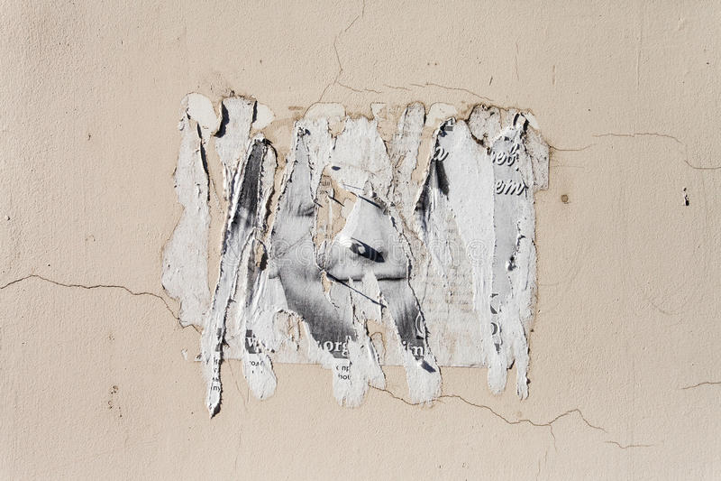 在墙壁上的脏的海报 库存图片
