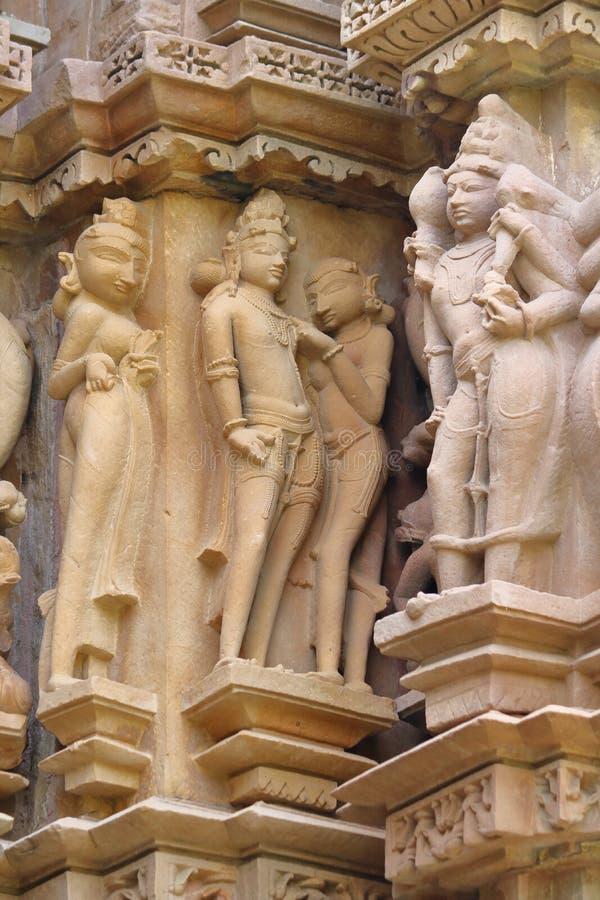 在墙壁上的色情雕象在khajuraho之外寺庙  免版税库存图片