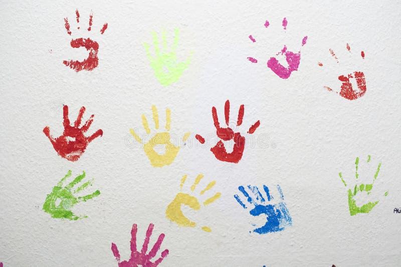 在墙壁上的色的手印刷品 免版税库存照片