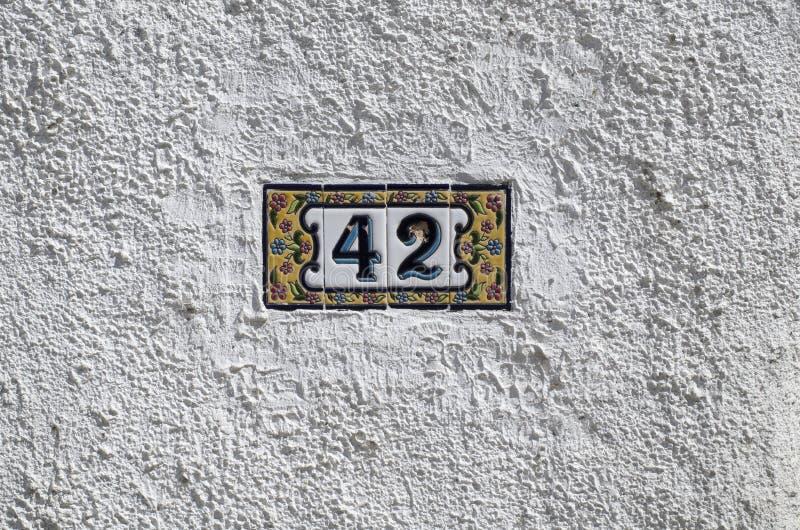 在墙壁上的艺术性的金属数字在进口附近 免版税库存照片