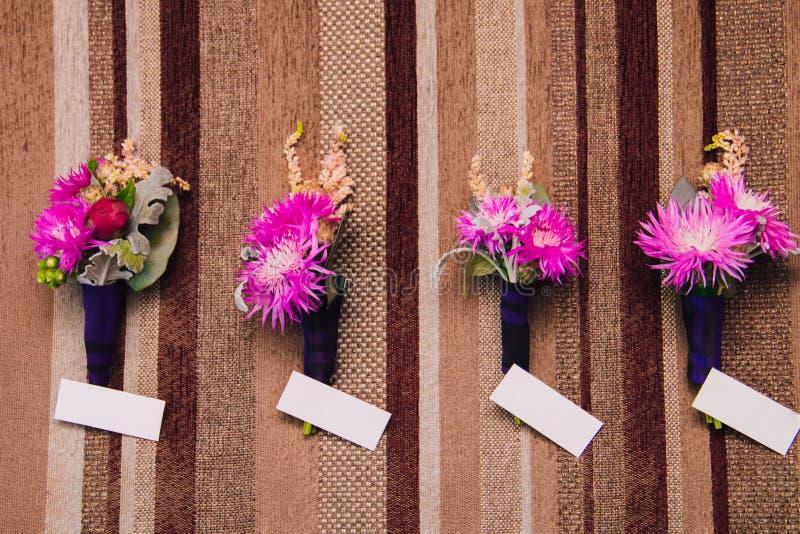 在墙壁上的苏格兰钮扣眼上插的花 库存图片