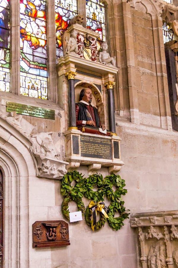 在墙壁上的莎士比亚` s殡葬纪念碑在他的坟墓上在圣洁和未分开的三位一体,斯特拉福的牧师会主持的教堂里upo 免版税库存图片