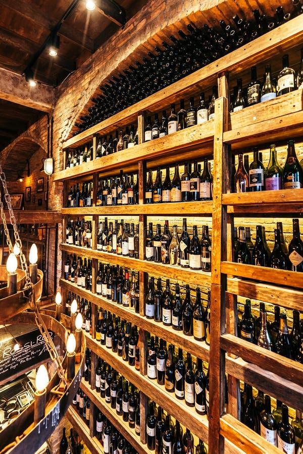 在墙壁上的葡萄酒库在用在制造舒适气氛的温暖的光的砖装饰的意大利餐厅 免版税图库摄影