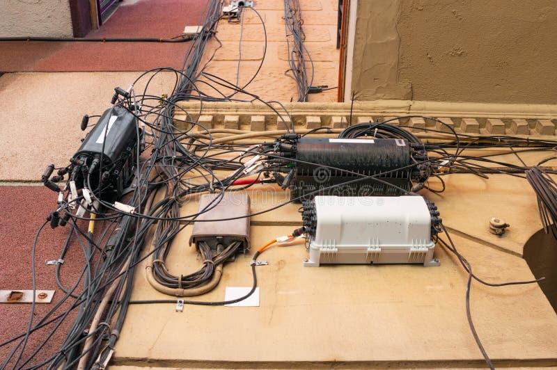 在墙壁上的被缠结的电缆 免版税库存图片