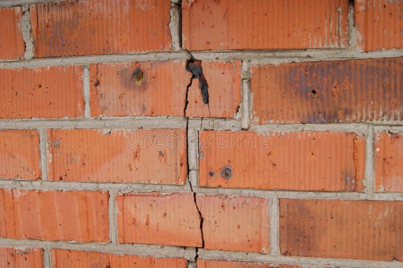在墙壁上的裂缝 免版税库存图片