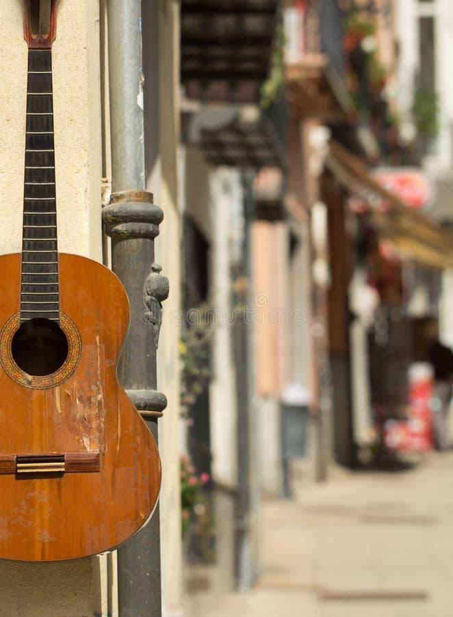在墙壁上的西班牙吉他 免版税库存图片