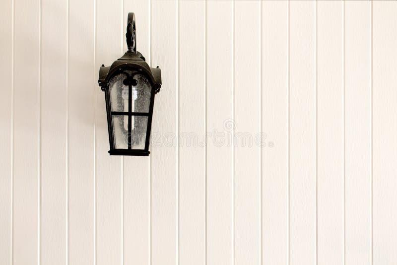 在墙壁上的路灯柱 免版税库存图片