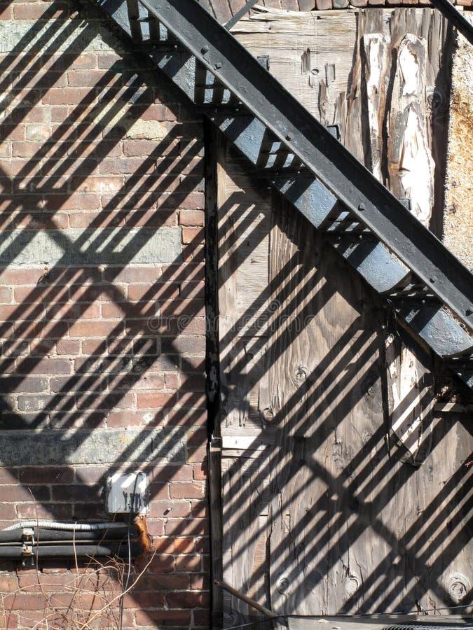 在墙壁上的都市金属台阶阴影 库存图片