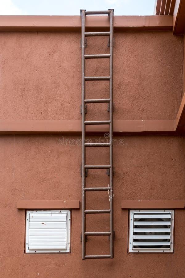 在墙壁上的铁固定的梯子 免版税库存图片