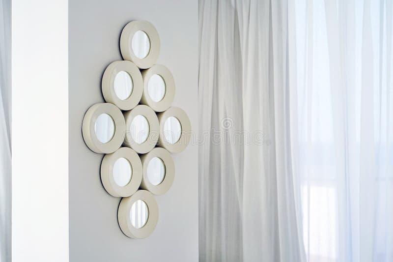 在墙壁上的镜子在别墅的客厅 免版税库存图片