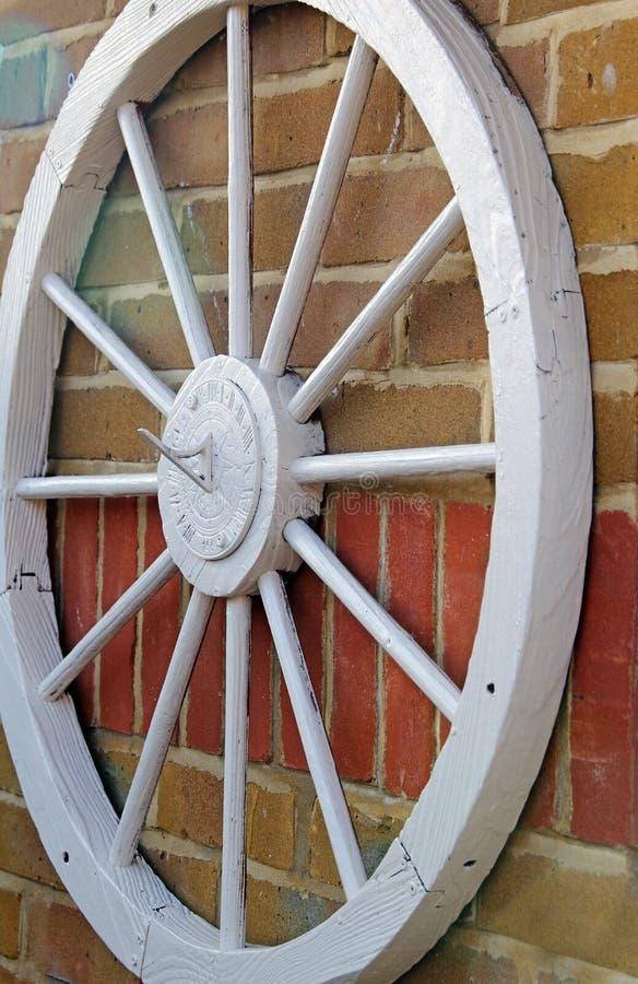 在墙壁上的马车车轮 免版税图库摄影