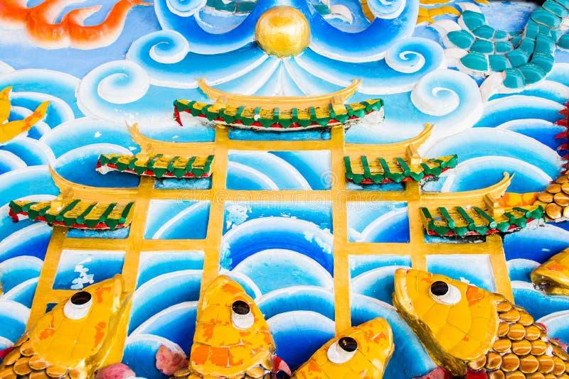 在墙壁上的鱼雕塑 库存照片