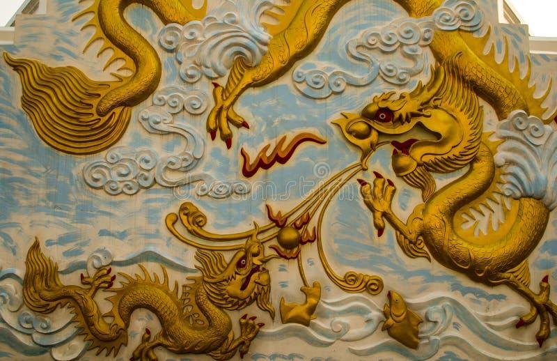 在墙壁上的龙雕象 免版税库存照片