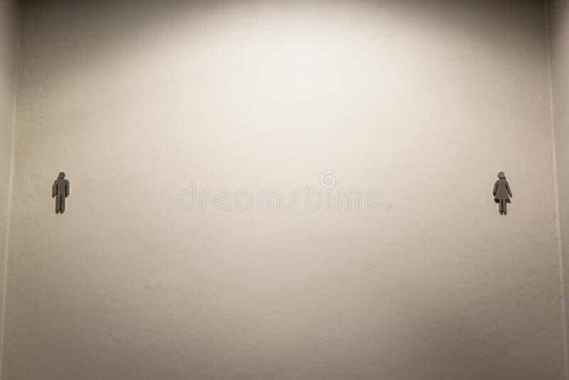 在墙壁上的洗手间标签 免版税库存图片