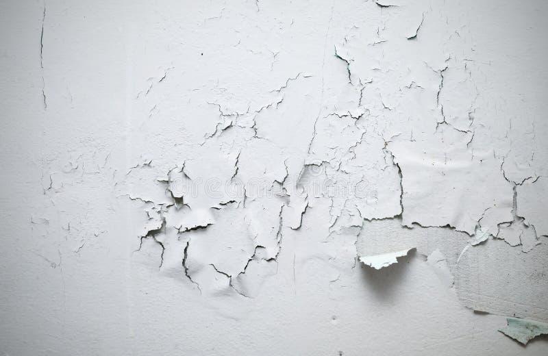 在墙壁上的破裂的油漆在屋子里 库存照片