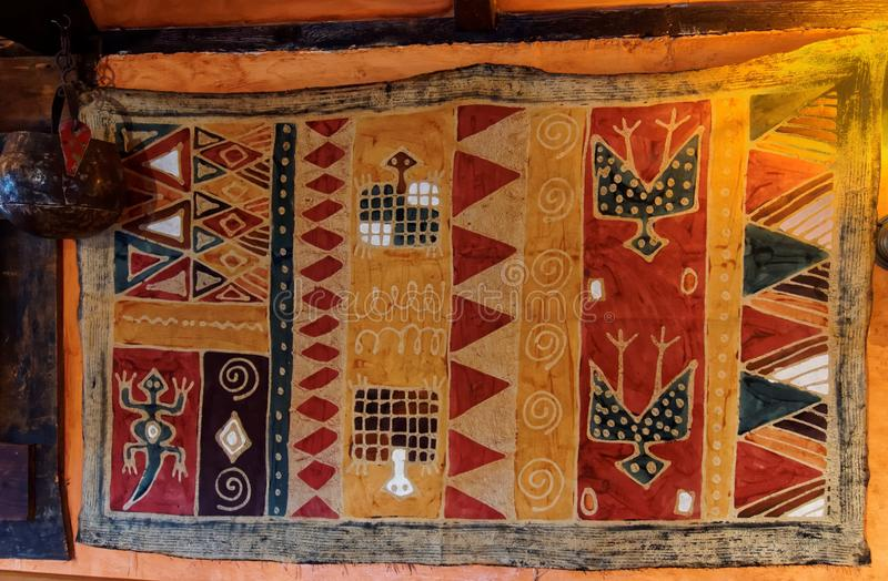 在墙壁上的Afrian式地毯 免版税库存图片