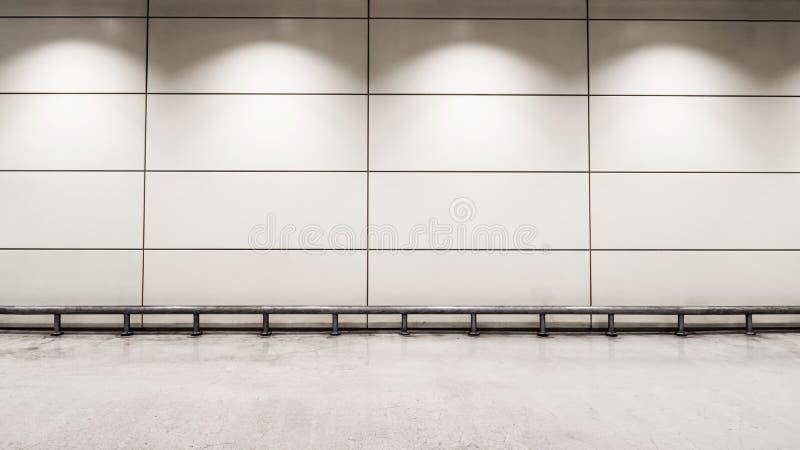 在墙壁上的Coppy空间在轻的灯下 库存图片