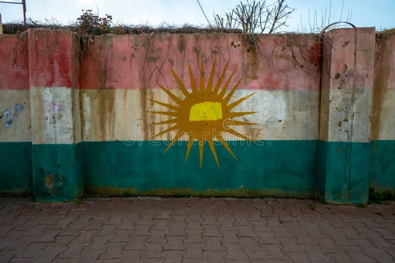 在墙壁上绘的库尔德斯坦旗子在哈莱卜杰,伊拉克 免版税库存图片