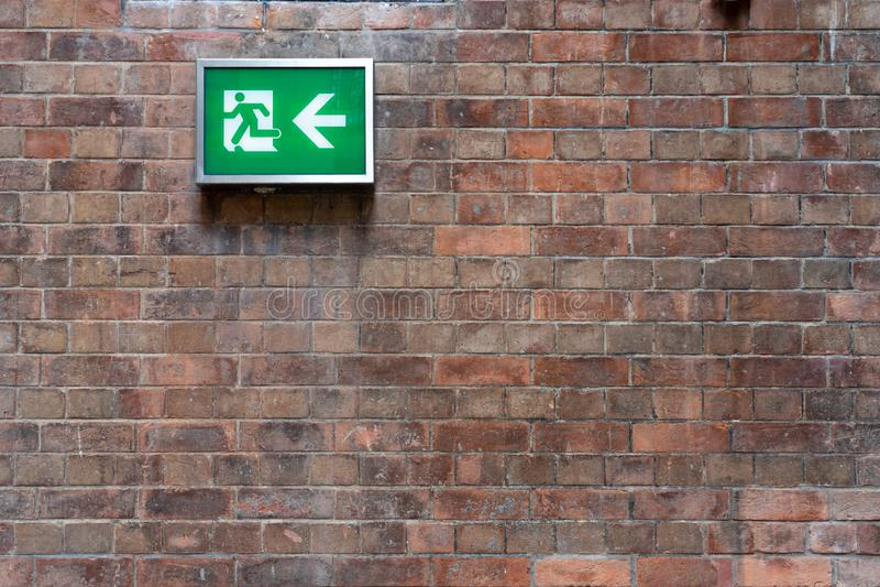 在墙壁安装的紧急太平门标志能明显地看到安全概念手动火警系统 库存图片