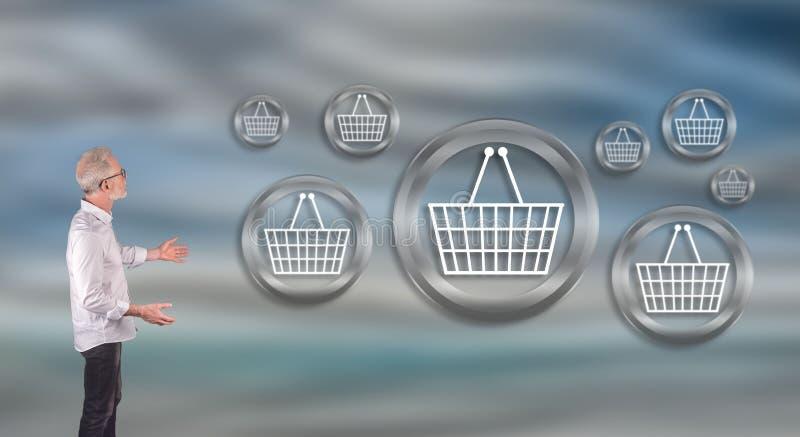 在墙壁屏幕上的一个商人解释的电子商务概念 库存图片
