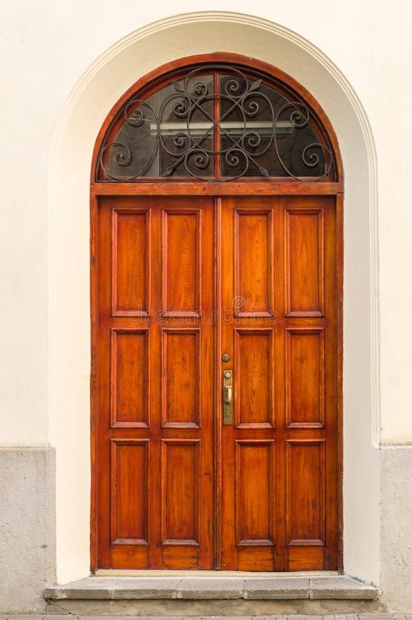 在墙壁曲拱的葡萄酒木门 免版税库存图片