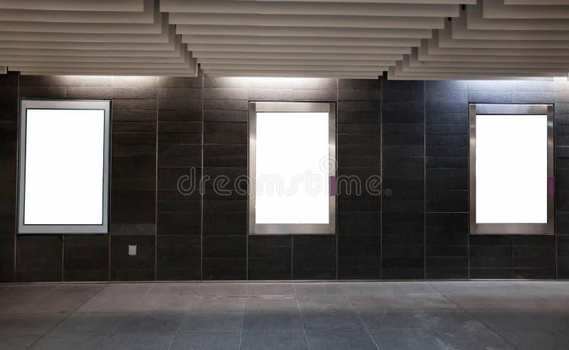 在墙壁的三个空的白色空白的横幅广告牌 免版税库存照片