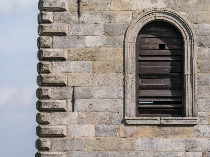 在墙壁的快门反对天空蔚蓝 免版税库存照片