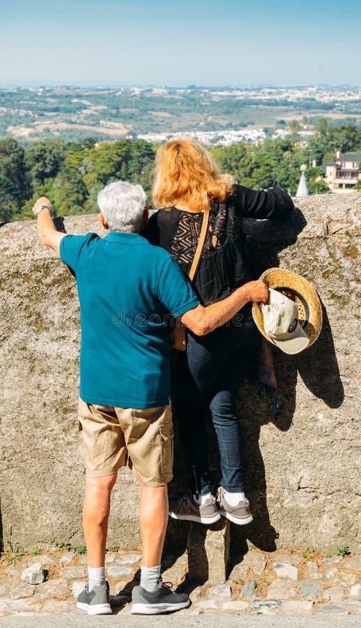 在墙壁的更老的男人和妇女神色在谷的精采看法在辛特拉的 库存照片