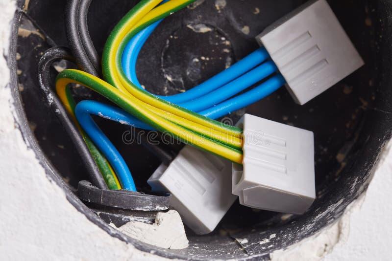 在墙壁的电导线 免版税库存图片