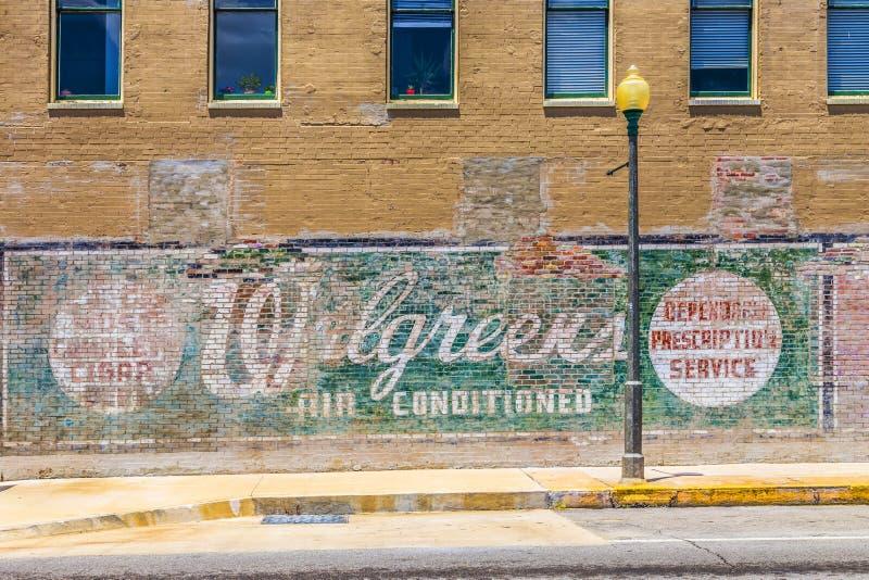 在墙壁的老被绘的广告 编辑类库存照片