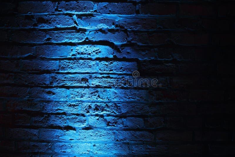 在墙壁背景的令人毛骨悚然的蓝色光 免版税图库摄影
