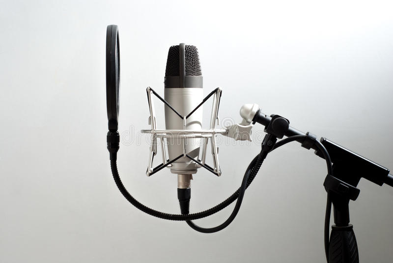 在墙壁背景的话筒立场 声音录音 在空气 库存照片