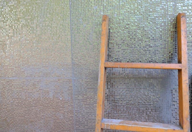 在墙壁背景附近的梯子 图库摄影