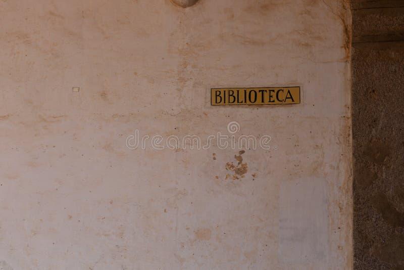在墙壁说法biblioteca的西班牙图书馆标志在危地马拉发现了 图库摄影
