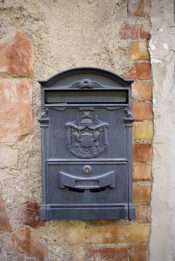 在墙壁邮箱的古色古香的信箱 免版税库存图片