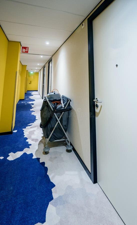 在墙壁附近的工友清洗的推车 库存图片