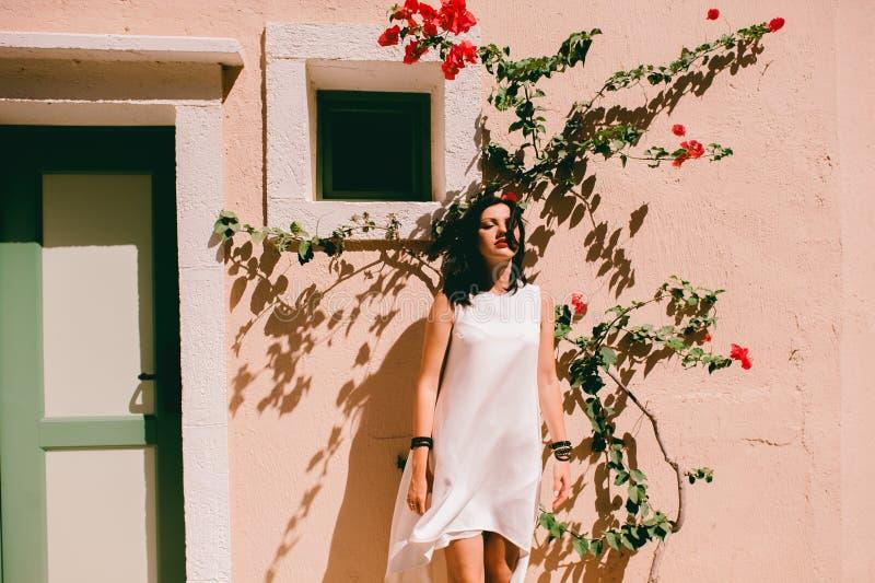 在墙壁附近的美丽的女孩 免版税库存照片