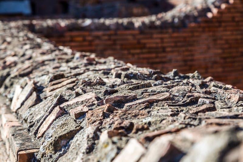 在墙壁顶部的古老罗马详细的石制品 免版税库存照片