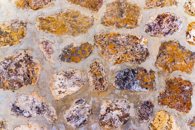 在墙壁,有趣和原始的backgroun安置的老石头 库存照片