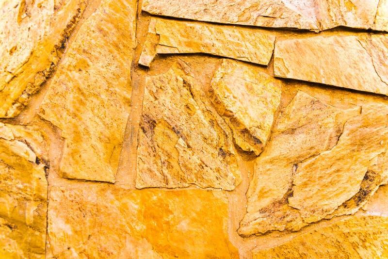 在墙壁,有趣和原始的backgroun安置的老石头 库存图片