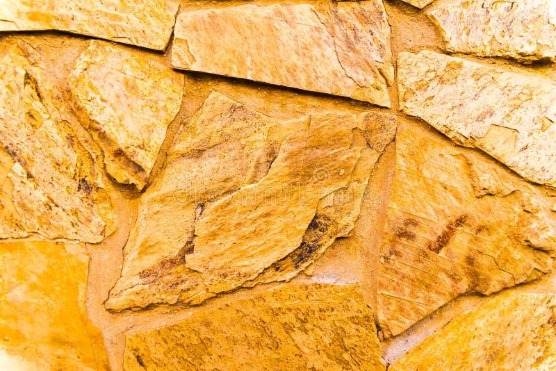 在墙壁,有趣和原始的backgroun安置的老石头 免版税库存照片